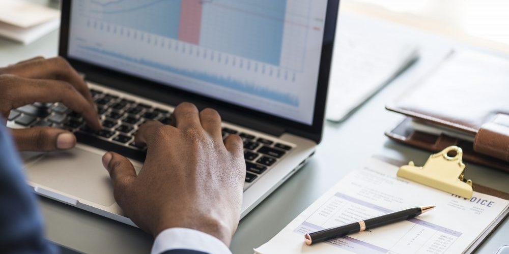 Homem de negócios analisando gastos com reembolso de despesas